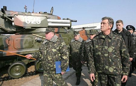Ющенко оглядає військову техніку