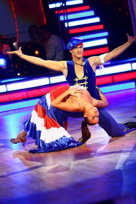 во время танца у партнерши вывалилась грудь - 14